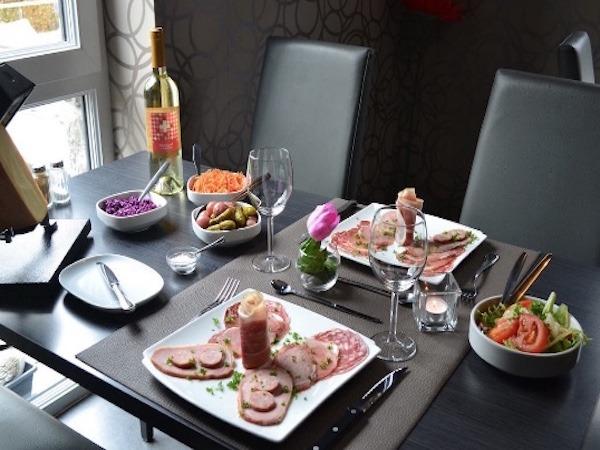 Table dressée avec les sets de table Delcroix