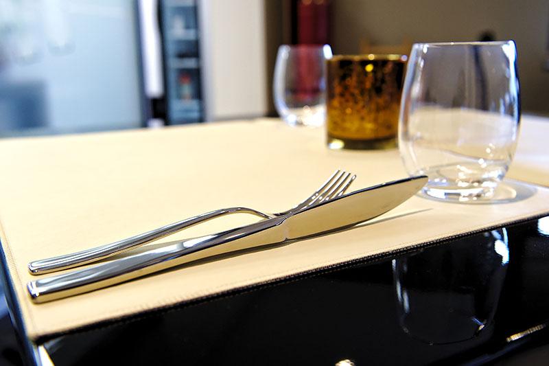 Set en simili cuir en restaurant